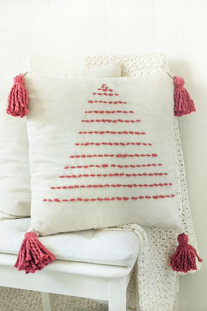 Cómo hacer una almohada de árbol de Navidad hecha a mano