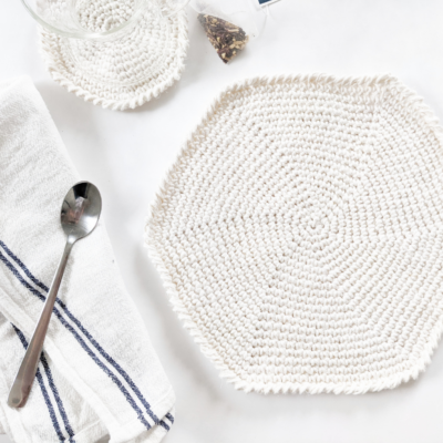 easy crochet round placemat, free crochet patter, crochet spiral placemat with cotton tea towel and crochet coaster