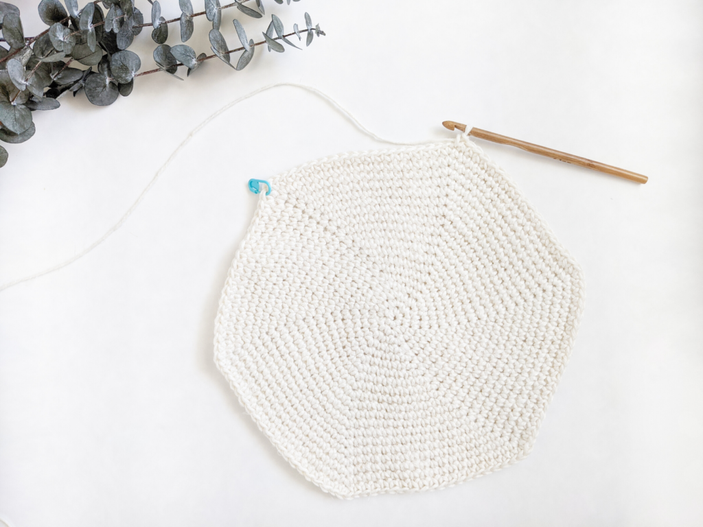 beginner crochet round placemat free pattern made in the spiral.